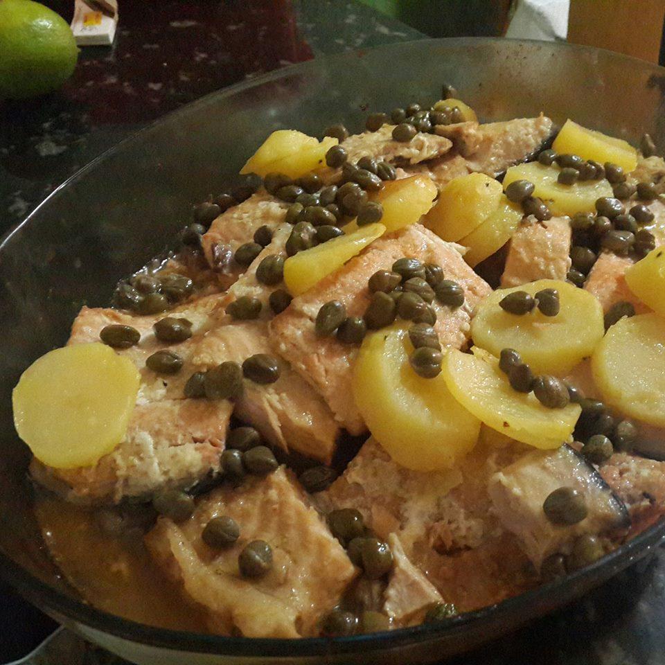 Salmão ao forno com molho de manteiga com alcaparras