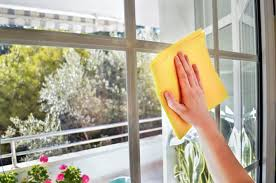 Deixe as janelas a brilhar sem qualquer mancha com uma simples mistura caseira