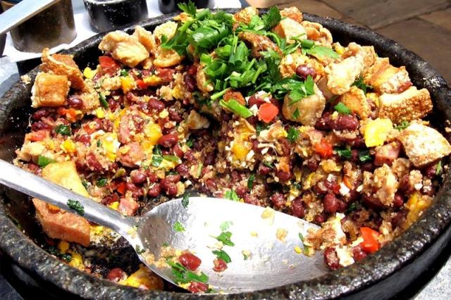 Aprenda  a receita de  FEIJÃO TROPERIRO. Esse é um prato legitimamente mineiro que consiste em um mexidão de feijão, linguiça, ovos e farinha.Super fácil de fazer e sucesso garantido
