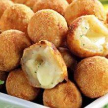 Bolinho de mandioca com queijo cremoso que derrete na boca