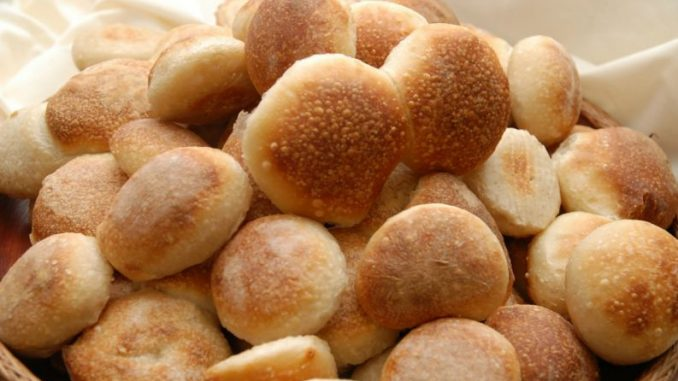 Pão de leite fofinho feito em 3 minutos com 3 ingredientes é gostoso e muito fácil