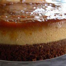 Pudim de caramelo caseiro leva só 4 ingredientes: qualquer um consegue fazer