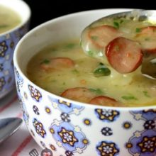 Aprenda a preparar essa  Sopa cremosa de mandioca com calabresa- deliciosa