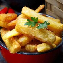 Mandioca assada até mais crocante do que frita: como acertar no preparo?