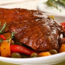 Carne assada com pimentões é uma receita perfeita para a agradar a família