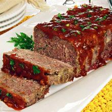 O rocambole de carne com bacon além de delicioso, é um prato perfeito para o almoço ou jantar em família.