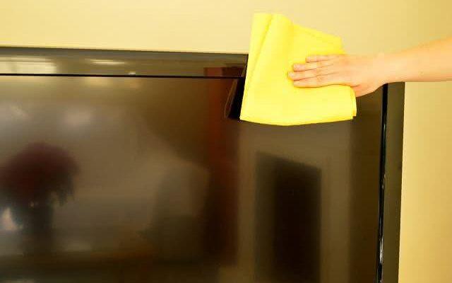 Jeitinho caseiro ensina como limpar a TV corretamente