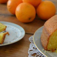 Bolo de fubá com laranja fica pronto em menos de 1 hora e sabor é irresistível