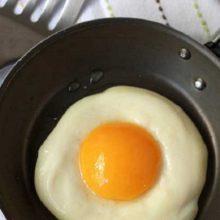Como você prefere os ovos? Cozido, mexido, poché ou frito? Aprenda fazer ovo frito sem óleo, usando apenas água