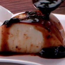Manjar branco de coco: receita simples com calda de ameixa e vinho tinto :
