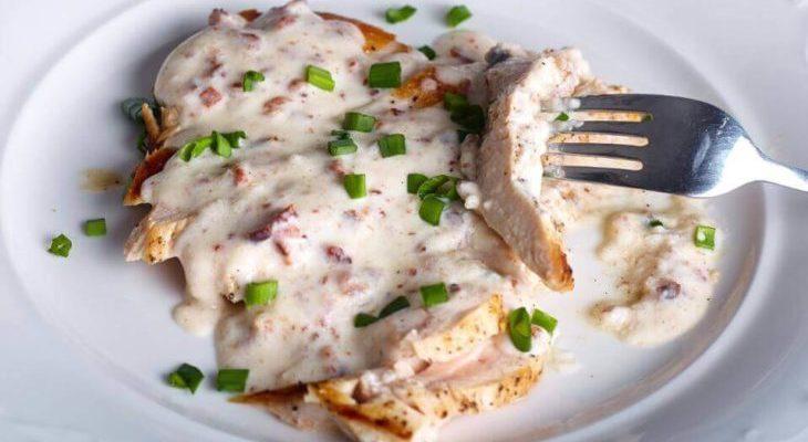 Receita de peito de frango com molho de queijo para incluir na sua dieta