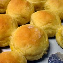 O pão de mandioquinha é uma alternativa para quem não abre mão de saborear um pãozinho no café da tarde.