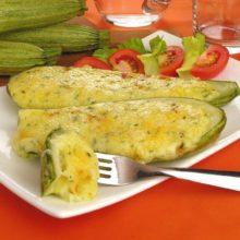 Veja essa receita de abobrinha recheada aos 3 queijos! É uma delícia, baratinha e prática!