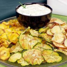 Chips de legumes com molho de iogurte:sem fritura
