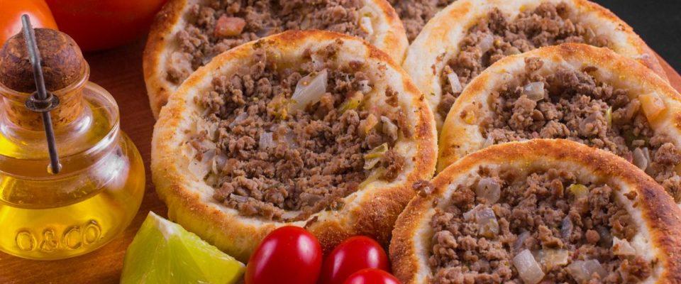 Aprenda como fazer a massa de  esfirra aberta e dois recheios  deliciosos