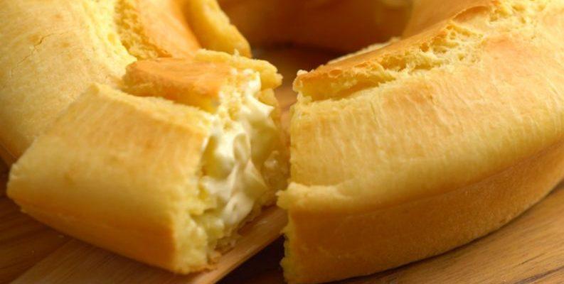 Bolo de pão de queijo recheado com muito requeijão-é deliciosa