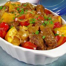 Carne de panela com mandioca e tomate