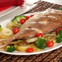 Peixe pargo assado com legumes