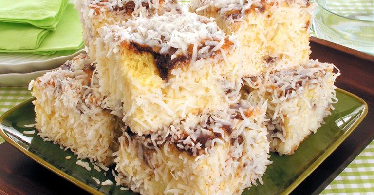 Bolo gelado de coco com chocolate