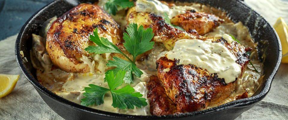Aprenda a preparar um delicioso  frango assado  com creme de cebola e maionese