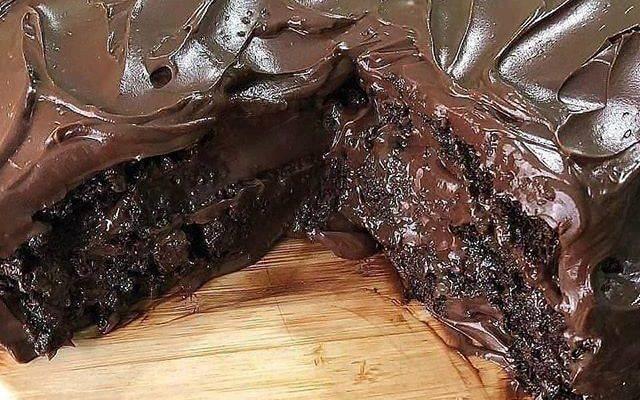 Olha só que coisa incrível esse bolo de chocolate