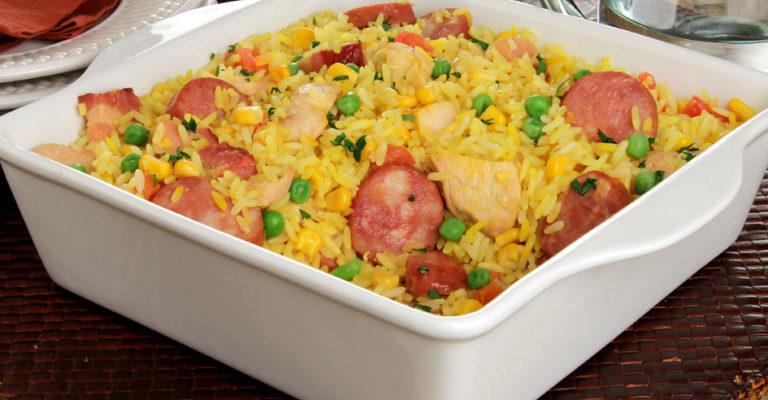 Aprenda uma deliciosa receita de Arroz caipira com frango, calabresa e legumes