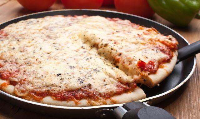 Pizza de liquidificador na frigideira: receita rápida é deliciosa e muito fácil