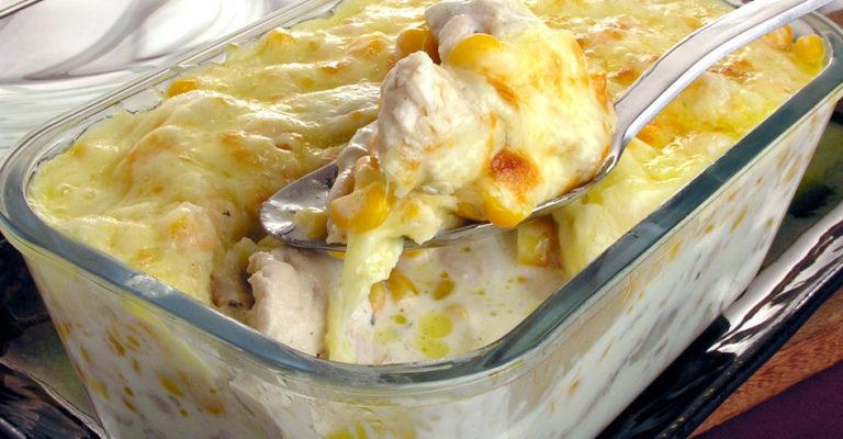 Frango gratinado com milho é sempre uma ótima opção para um refeição mais incrementada.