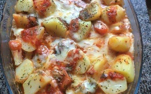 Linguiça de forno com batata e queijo