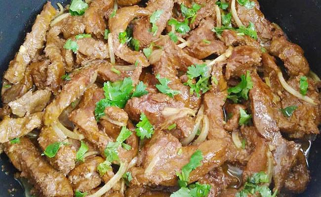 Bife de Fígado Acebolado -vai ficar macio, com um cheirinho delicioso e muito gostoso.