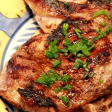 Bisteca  de Porco com um Molho Maravilhoso e Fácil de Fazer
